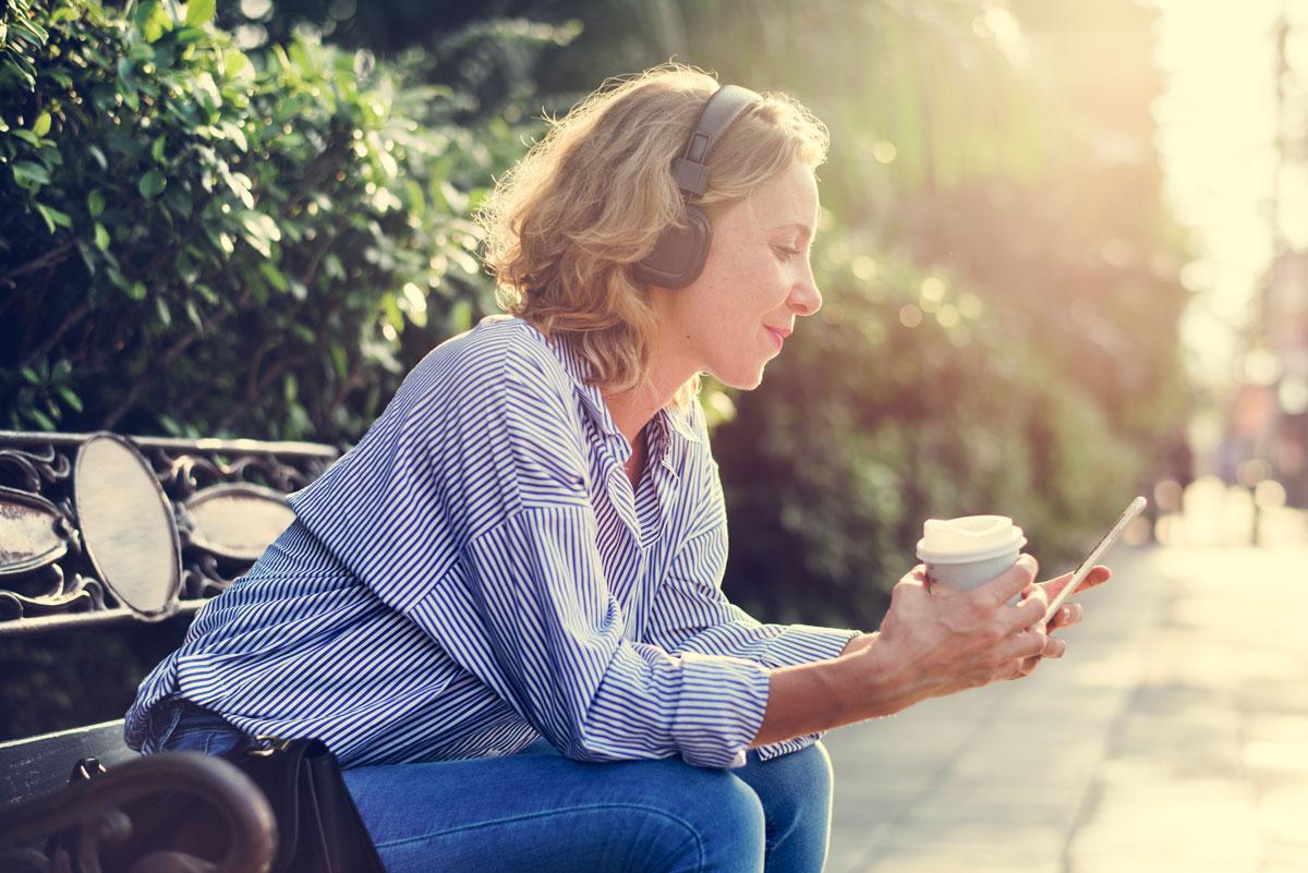 Jeune femme utilisant un smartphone